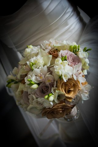 bride-carrying-roses-calla-lilies-and-orchids