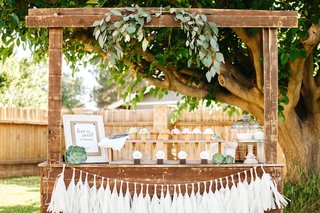 rustic-wedding-ice-cream-stand-with-cones-and-tassels