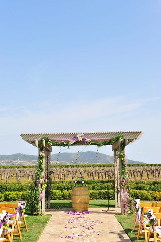 wine-barrel-altar-in-front-of-vineyard-at-wedding