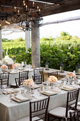 neutral-wedding-decorations-at-outdoor-vineyard