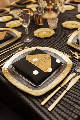 gold-rimmed-hammered-charger-black-napkins-kite-set-gold-menu-white-polka-dots