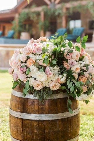 wedding-ceremony-outdoor-sergio-garcia-golfer-wood-barrel-with-fresh-flowers-on-top