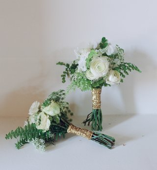gold-glitter-ribbon-around-green-and-white-bouquet