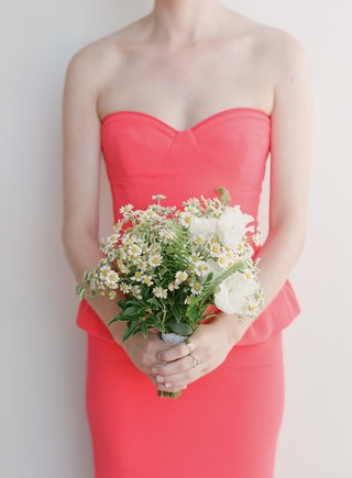 coral-bridesmaid-holding-daisy-and-greenery-bouquet