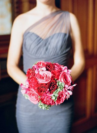 bridesmaid-in-one-shoulder-light-blue-grey-bridesmaid-dress-with-red-pink-rose-bouquet