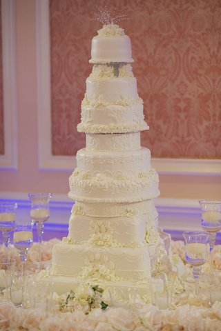 joanna-krupas-all-white-wedding-cake-with-ivory-icing