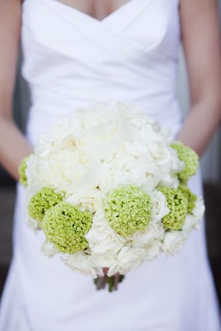 bride-holding-white-roses-and-green-zinnias
