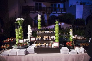 apples-in-vases-and-cupcakes-on-tiers