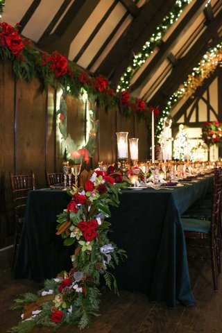 flower-table-runner-at-christmas-holiday-theme-wedding-reception-head-table