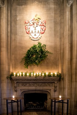 university-club-of-chicago-cathedral-hall-wedding-coat-of-arms-fireplace-wreath-garland-candles