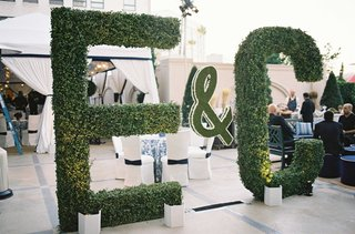 tall-green-hedge-e-and-c-initial-letters-at-wedding-rehearsal-dinner