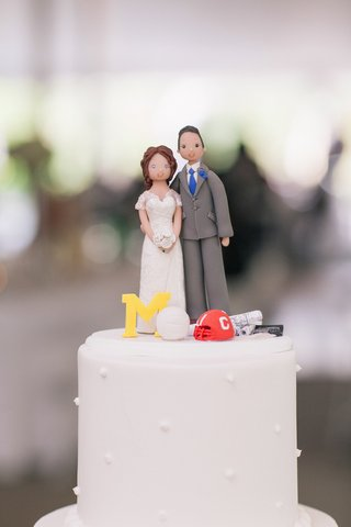 cake-topper-that-looks-like-bride-and-groom