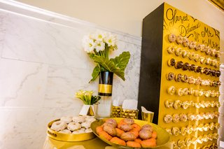 wedding-dessert-idea-donut-wall-gourmet-donuts-at-wedding