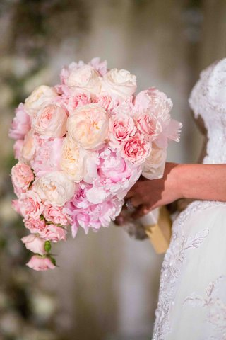 bride-holding-cream-roses-and-blush-peonies
