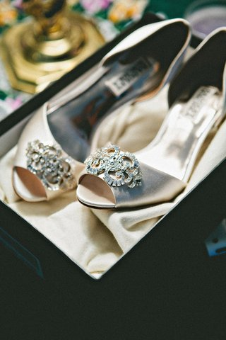 badgley-mischka-wedding-shoes-in-taupe-with-jewel-brooch