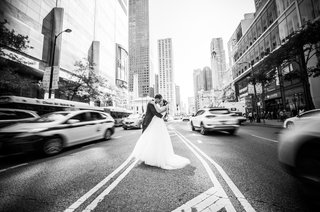 black-and-white-photo-of-bride-and-groom-kissing-in-the-missing-of-the-street-in-chicago