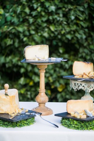 wedding-outdoor-cocktail-hour-cheese-tasting-station-appetizer-buffet-nera-valley-cheese-varieties