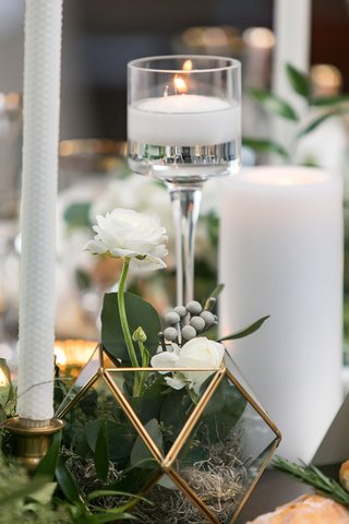 brunia-berries-white-flowers-greenery-in-gold-edge-geometric-terrarium-various-candles