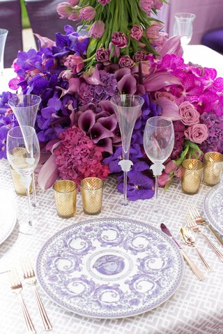 wedding-reception-table-place-setting-with-lavender-versace-le-grand-divertissement-service-plate