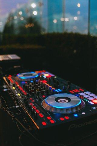 wedding-reception-happen-dj-booth-spin-dj-controller-bright-lights-on-board