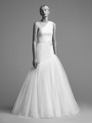 viktor-and-rolf-mariage-fall-winter-2018-wedding-dress-one-shoulder-tilt-skirt-waist-band