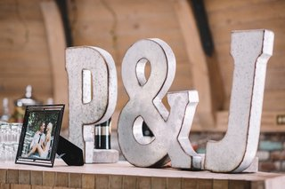 cocktail-bar-sign-at-wedding-with-initials-and-ampersand