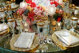 pearl-and-gilt-charger-plates-and-vibrant-florals
