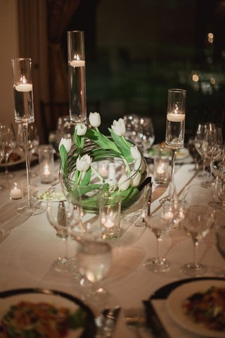 white-tulips-swirled-in-a-glass-bowl-as-modern-wedding-reception-centerpiece