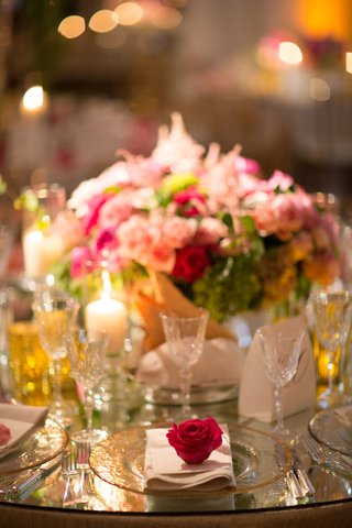 wedding-reception-decoration-mirror-table-glass-charger-with-gold-rim-pink-red-rose-on-top-of-napkin