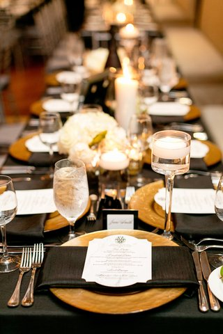 gold-charger-plate-with-black-napkins-and-linens