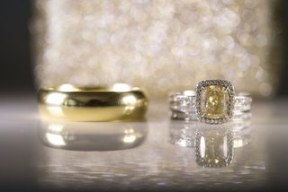 yellow-gold-radiant-cut-diamond-with-halo-in-white-gold-plain-yellow-gold-mens-wedding-band