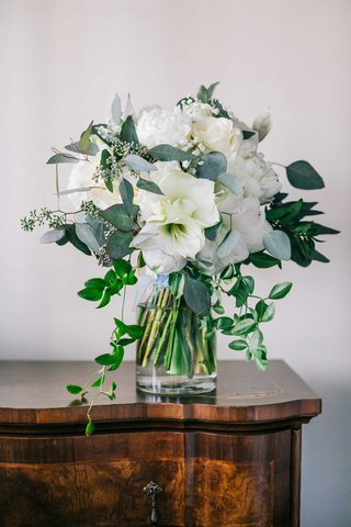 white-flower-wedding-bouquet-rose-amaryllis-greenery-trailing-leaves-winter-wedding-bouquet-ideas