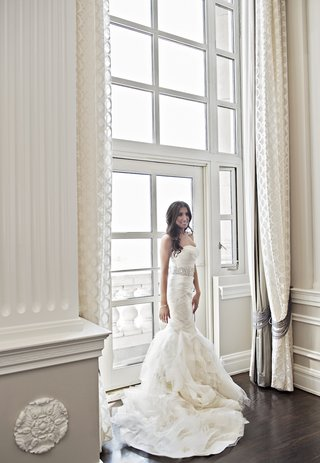 bride-in-strapless-vera-wang-wedding-dress-with-mermaid-silhouette