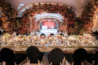 reception-tables-with-gold-border-and-crystal-details-black-and-gold-oval-chairs