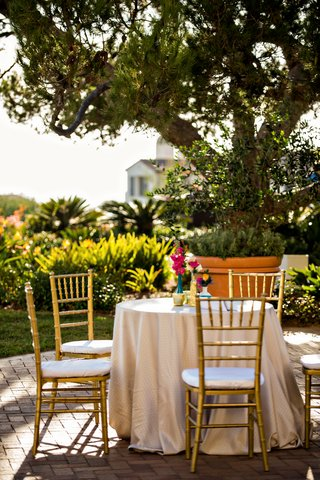 jonathan-adler-inspired-cocktail-hour-centerpiece-at-alfresco-wedding