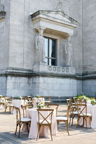 wedding-at-the-field-museum-in-chicago-outdoor-cocktail-hour-wood-vineyard-chairs-blush-linens