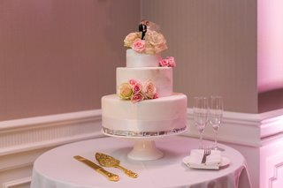 three-tier-wedding-cake-with-styrofoam-layers-and-fresh-flowers