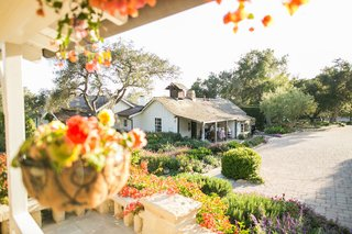 intimate-wedding-cocktail-hour-on-the-porch-of-the-adobe-at-san-ysidro-ranch