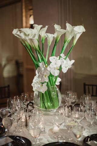 centerpiece-of-tall-white-calla-lilies-wrapped-with-white-orchids