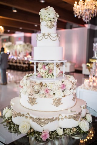 wedding-cake-with-gold-details-fresh-and-sugar-flowers-scallop-details-pretty-table-royal-monogram