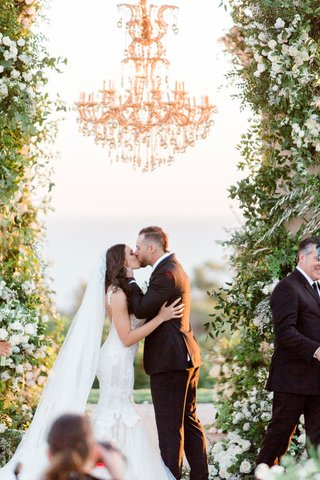 wedding-ceremony-kiss-charlise-castro-houston-astros-mlb-player-george-springer-iii-chandelier