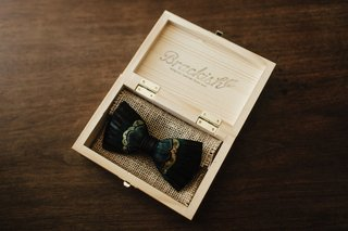 groom-unique-accessory-feather-bow-tie-brackish-in-wood-box