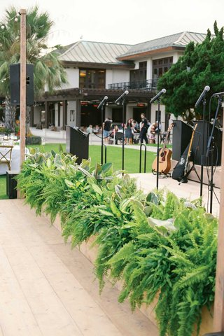 wedding-reception-live-band-stage-greenery-ferns-tropical-leaves-in-front-of-stage
