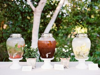outdoor-wedding-drink-station-with-water-lemonade-and-iced-tea