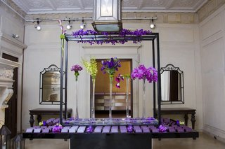 escort-card-table-display-with-purple-flowers
