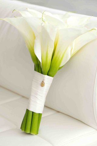 bridal-bouquet-of-white-calla-lily-flowers-and-gold-pendant