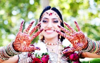 indian-bride-wearing-bangles-and-henna-on-hands