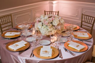 dusty-rose-linens-gold-charger-platers-low-centerpiece-of-ivory-and-blush-roses-gold-chiavari-ch