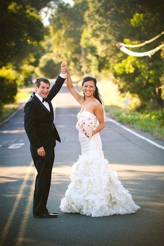 asian-bride-in-monique-lhuillier-strapless-wedding-dress