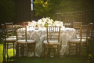 alfresco-reception-table-with-gilt-chairs-and-linens